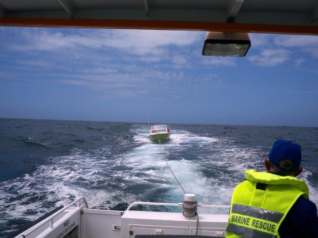 Marine-Rescue-tow-to-safety