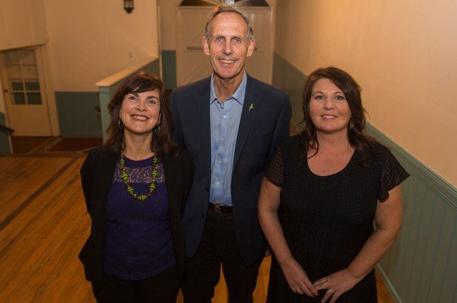 Bob met briefly with local Greens runners Dawn Walker and Tamara Smith. Photo Eve Jeffery.